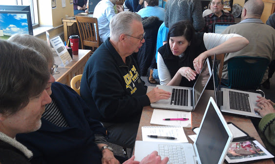 A student receives one-on-one instruction at a Breaking Digital Barriers class.
